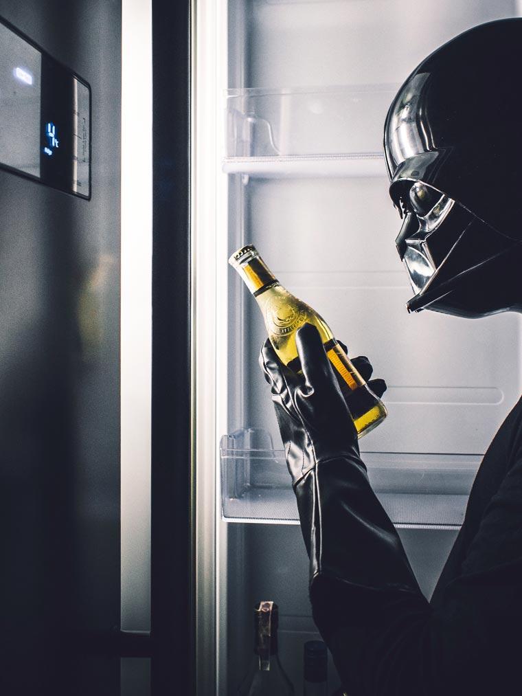 dark vador boit une bière