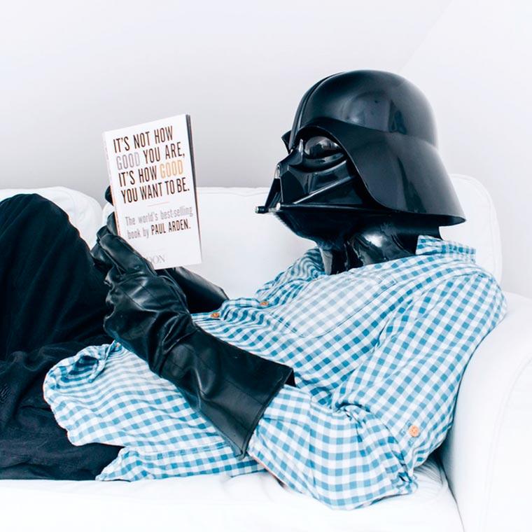 dark vador lit un livre